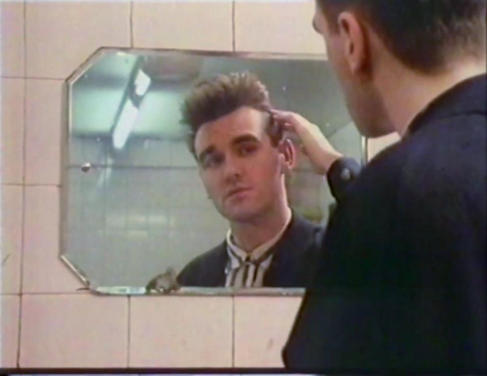 Morrissey mirror Glasgow September 1985 (i).jpg