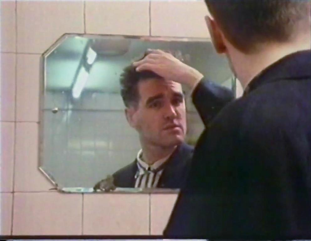 Morrissey mirror Glasgow September 1985 (ii).jpg